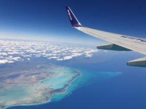 Avión sobrevolando el Caribe